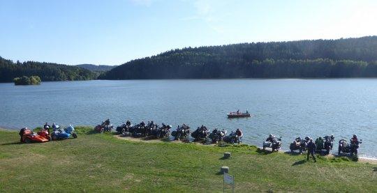 Viele Boote im Wasser. Ob man so Campingplatzgebühr sparen kann, weil man ja gar keinen Rasenplatz beansprucht?