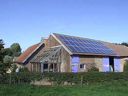 zonnepanelen op het dak van de kwekerijschuur